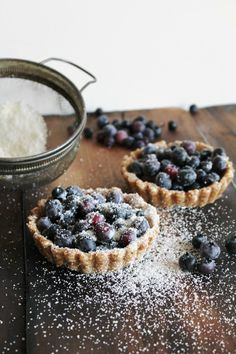 Blueberry Tarts for Two from This Rawsome Vegan Life. Vegan, raw and gluten free. Super simple, delicious and good for you! Made with only 5 ingredients. Desserts Crus, Raw Vegan Desserts, Vegan Treats, Healthy Dessert Recipes, Raw Food Recipes, Vegan Raw, Best Blueberry Recipe, Vegan Blueberry, Blueberry Tarts