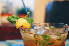Lemon+white wine +tea+mint+icesugar Hard Drinks, Moscow Mule Mugs, White Wine, Strawberry, Lemon, Mint, Tea, Fruit, Tableware