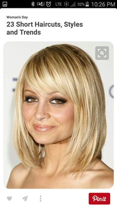Looking for Nicole Richie latest bob hairstyles? Check out this gallery! Nicole Richie's hair color is blond, she loves to dye her hair in different colors. Blonde Hair With Bangs, Blonde Bobs, Hair Bangs, Short Blonde, Shoulder Length Hair Cuts With Bangs, Bangs Sideswept, Shoulder Bob, Wispy Bangs, Pale Blonde