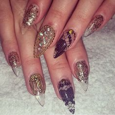 Stiletto nails in gold and black