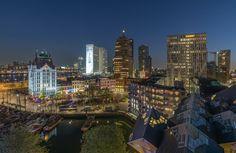 Het nachtelijke zicht op het Witte Huis en Kubuswoningen in Rotterdam