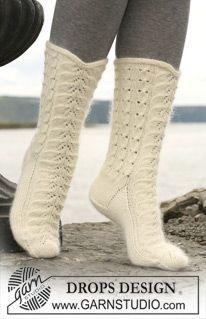 """DROPS sokker med fletter og hullmønster i """"Merino"""" og """"Kid Silk"""". ~ DROPS Design"""