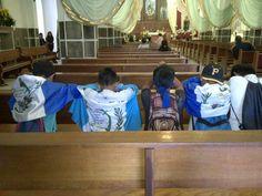 """Estos jóvenes oran antes de iniciar la carrera de la antorcha con el fuego de la libertar en las vísperas de una celebración del 15 de septiembre """"Día de la Independencia en Guatemala"""""""