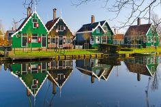 De Zaanse Schans is één van de mooiste stukjes Nederland. Hier maakt u actief onderdeel uit van een levendige en zeer fraaie woon-werk buurt uit de 18e en 19e eeuw. Vol houten molens, schuren, woningen en musea. Opgetrokken in unieke Zaanse houtbouw-architectuur en stuk voor stuk hierheen verplaatst vanaf 1961. Met gemak kunt u een halve dag op de Schans doorbrengen. Er is zoveel te zien, proeven, ruiken en beleven!
