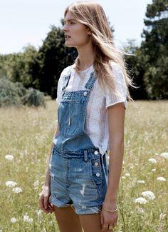 Pour twister une salopette short en jean, on pense à l'associer à un top semi-translucide (look Madewell)