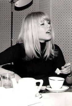 bangs Sylvie Vartan (born 15 August is a Bulgarian-French singer and actress. Cute Hairstyles For Medium Hair, Medium Hair Styles, Short Hair Styles, Hair Inspo, Hair Inspiration, Style Parisienne, Isabelle Adjani, Catherine Deneuve, Mode Vintage