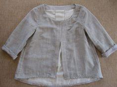 <p>Blusenjacke aus einem japanischen, zweiseitigen Baumwollmusslin, innen lichtgrau, außen hellgrau.Schnitt: Burdastyle 3/2016…</p>