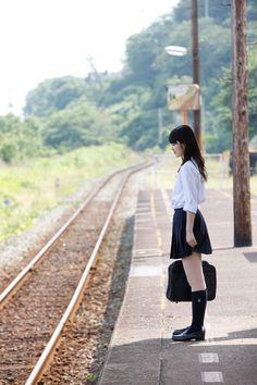 電柱が木というところが貴重だ。下灘駅は、青春18きっぷのポスターに度々登場する。