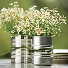 blümchen in konservendosen stellen, um den weg zum altar draußen zu dekorieren