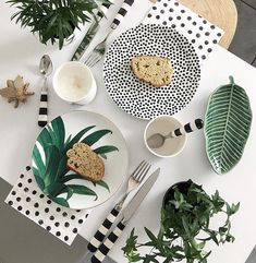Wonderful Pictures white kitchen table Style Coming up with a beautiful all-white kitchen's style and design might look straightforward, however it's not. Buffet Plate, Beauty Table, Plant Table, Deco Table, Decoration Table, Home Decor Kitchen, Dinner Table, Home Accessories, Decorative Plates