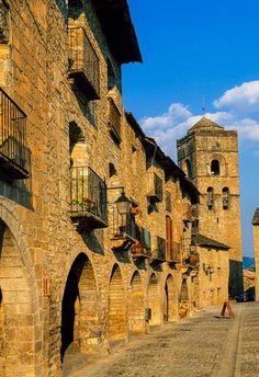 Hacemos una escapada a la capital del Sobrarbe, una villa de piedra impecable que parece de postal.  Otoño en Aínsa, un pueblo museo rodeado de naturaleza