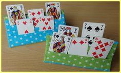 Op de facebookpagina van Gratis Naaipatronen zag ik een speelkaartenhouder verschijnen, gemaakt met een eigen patroontje, maar algauw verschenen er enkele links naar Duitse tutorials. Ik vond het wel