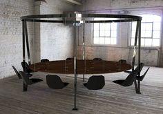 Необычный стол с подвешенными креслами.