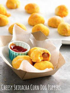 Bake up these Cheesy Sriracha Corn Dog Poppers for a fun and quick appetizer or lunch for the family. We're sure the kids will love this one! Remove the sriracha and stick to ketchup if it's too much heat. Health Appetizers, No Cook Appetizers, Appetizer Dishes, Appetizer Recipes, Thanksgiving Appetizers, Party Appetizers, Dog Recipes, Cooking Recipes, Healthy Recipes