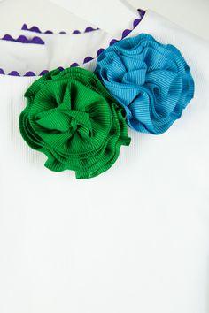 Talla 6. Vestido ideal con dos pompones verde y turquesa que combinan con el estampado floral en los mismos tonos. En la espalda destaca una gran lazada verde. Vestido firmado por la marca LAQUINTA.    Su primera vida transcurrió en la ciudad de Sevilla. Band, Floral, Accessories, Fashion, Vestidos, Pom Poms, Turquoise, Sevilla, City