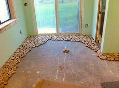 Se estás a pensar em fazer obras em casa, mas propriamente mudar o chão, esta dica é indicada para ti. Podes criar um pavimento simplesmente fantástico sem gastares muito dinheiro. Vê o pavimento que fizeram com pedaços redondos de madeira. Ficou lindo!!!