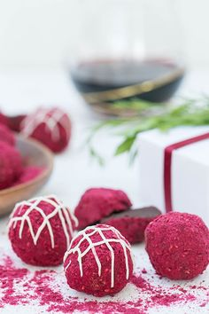If there's one special holiday treat you should make this year, it's these red wine truffles! We teamed up with Barefoot Wine to create the most decadent and delicious red wine truffles made with Barefoot Cabernet Sauvignon. Delicious Chocolate, Chocolate Flavors, Chocolate Recipes, Delicious Desserts, Candy Recipes, Wine Recipes, Sweet Recipes, Cupcake Recipes, Homemade Truffles