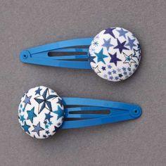 Duo de barrettes pour enfants en tissu Liberty Adelajda bleu, comme un bijou dans les cheveux des petites filles. Un accessoire pratique et joli. Longueur totale : 5,5 cm. Diamètre du bouton : 2,5 cm.  http://www.lilooka.com/dehors/barrettes-filles-en-tissu/duo-de-barrettes-enfants-liberty-adelajda-bleu-lilooka.html