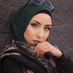 @jasminefares in our emerald green chiffon hijab. www.uniquehijabs.com
