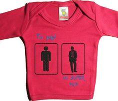 Un regalo de bebépara que el bebé pueda fardar de papi chulo. Para el pequeñín no hay nadie como su papá y su mamá, por lo que cada vez que ve al papi de otro bebé, no puede pensar otra cosa. El mío es mucho mejor. Haz que se le hinche el pecho al papá con esta camiseta y verás que cara de alegría que pone. A todos nos gusta que nos regalen el oído, ¿verdad?