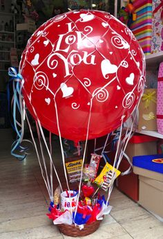 Regalos y globos Amer 55246977 Book Crafts, Diy And Crafts, Paper Crafts, Love Gifts, Diy Gifts, Candy Bouquet, Liquor Bouquet, Original Gifts, Sentimental Gifts