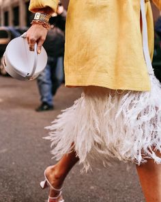 💛 The perfect Jacquemus La Boite bag and lots of feathers. Curvy Fashion, Look Fashion, Spring Fashion, Petite Fashion, Ohh Couture, Leonie Hanne, Jacquemus, Addition Elle, Black Blazers