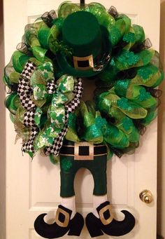 Thinking about homemade Saint Patrick's Day wreaths? Patrick's Day Wreaths Which You can DIY in minutes. Diy St Patricks Day Wreath, St. Patricks Day, St Patrick's Day Crafts, Diy And Crafts, Wreath Crafts, Diy Wreath, Wreath Ideas, Holiday Wreaths, Holiday Crafts