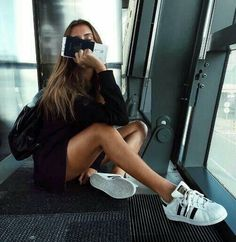 New Travel Pictures Poses Airport 55 Ideas Travel Pictures, Travel Photos, London Travel Guide, Looks Adidas, Airport Photos, Photo Portrait, Insta Photo Ideas, Travel Aesthetic, Aesthetic Beauty