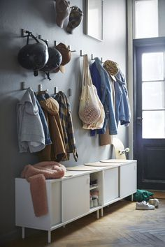 Ikea, les premières images du catalogue 2019 - Home Decor - Zapatos Interior Ikea, Home Interior, Banco Ikea, Entrada Ikea, Ikea Hall, Decorating Your Home, Diy Home Decor, Decorating Ideas, Ikea Eket