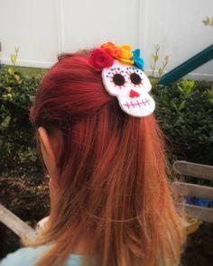 Coco Hair Clip or Brooch Dia de los Muertos Sugar Skull Calavera Felt Flower Barrette Disney Hair Bows, Disney Ears, Halloween Hair, Halloween Kids, Cute Crafts, Felt Crafts, Fabric Bow Tutorial, Coco Hair, Felt Hair Accessories