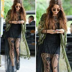 Os looks da Vanessa Hudgens são sempre inpiradores e influenciam muita gente!  Neste, ela usa uma combinação hippie/fashion de tecidos finos, com uma bota grosseira e um óculos retrô estiloso. Adorei! #vanessahudgens #hippie #fashion