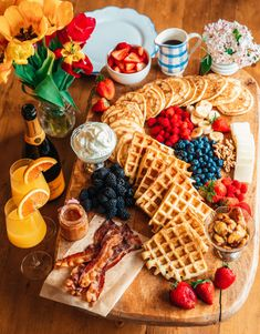 Charcuterie Recipes, Charcuterie And Cheese Board, Cheese Boards, Breakfast Platter, Mimosa Breakfast, Breakfast Picnic, Snack Platter, Breakfast Dessert, Party Food Platters