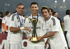 Pepe, Coentrao and Cristiano Ronaldo with the Club World Cup Trophy Cristiano Ronaldo Junior, Cr7 Ronaldo, Real Madrid Football Club, Best Football Team, Messi, Neymar, Rugby, Real Madrid Win, Portugal National Team