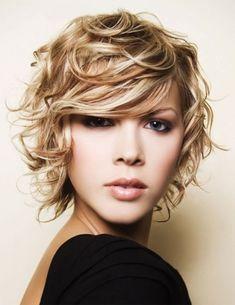 Tagli capelli ricci corti inverno 2014: anche le bionde possono incorniciare il viso in questo modo dando anche un tocco di sfumature rosso pallido.