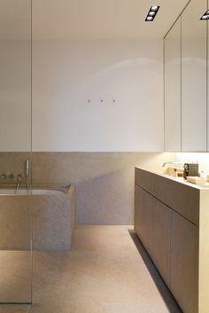 Bathroom in brown and white. Photo by tim van de Velde.