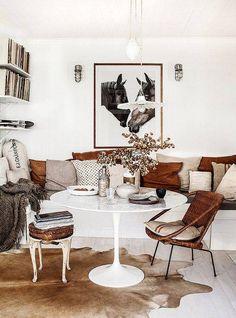 Une banquette et des chaises dépareillées pour un espace repas tout confort