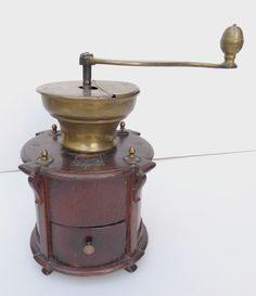 très Gros Moulin à café rond à colonettes en bois d orme, début XIXe Liege