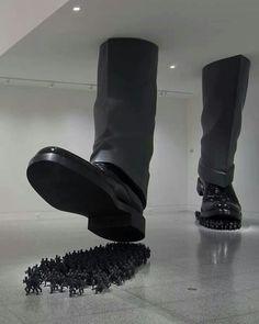 Do-Ho Suh Les grandioses installations du Sud-coréen Do Ho Suh sont écrasantes de par leurs dimensions, ainsi que par les messages qu'elles véhiculent: ses rapports d'échelle entre le peuple, réprésenté comme une minuscule fourmilière anonyme, écrasée par ses gigantesques stèles symboliques, exposent l'idée forte d'une  humanité croulant sous le poids de son Histoire, de ses mythes et de ses idéaux.  http://fr.wikipedia.org/wiki/Do-ho_Suh