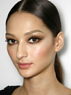 How to Create a Gorgeous Evening Eye Makeup - Are you looking for a glamorous evening makeup that will make you stand out from the crowd on the evening party? Read our tips and learn how to create a gorgeous evening eye makeup that will surely gain some admiring looks.