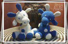Jirafas sentadas, realizadas en hilo de algodon con relleno soft. Miden 20 cm de alto.