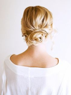 If your friends describe you as a free spirit, you're way too mellow to descend into Bridezilla-ness, and you like your hair how you like most things in your life (simple and effective), this roun via @byrdiebeauty