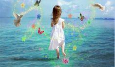 Een hooggevoelig kind komt voor niet hooggevoelige personen vaak als een aansteller of een zeurpiet over. Het is dan ook uitermate belangrijk dat we deze kinderen proberen te begrijpen. We zullen eerst de relevante kenmerken van hooggevoelige kinderen verduidelijken en toelichten. Daarna zult u ook een uitgebreid overzicht vinden van alle kenmerken die men aan een Hoog Sensitief Kind kan linken. Perfect Peace, Peace And Love, Archetype Jung, Child Of Light, Archetypes, The Magicians, Life Lessons, Pure Products, Disney Characters