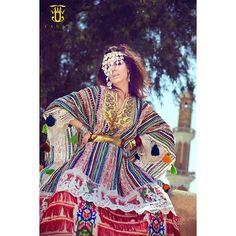 "#mulpix اسم القطعة: ""صفاقس  Piece Name: ""Sfax""   تأثرت الأزياء التونسية بالحضارات التي تعاقبت عليها، كالحضارة الفينيقية،  والرومانية التي مازالت آثارها واضحة  في غالبية المناطق التونسية، لكن الزي أخذ كثيرا من تراث القبائل، ومن الإضافات النوعية التي جاء بها الفاتحون العرب والغزاة الأوروبيون، ففي منطقة ""صفاقس"" تنتشر أنواع مختلفة من الأزياء النسائية التقليدية، بعضها يمتد جذوره إلى الفترتين الفينيقية والرومانية،  وبعضها الآخر ذو طابع وخصائص إسلامية. تعتمد دائما على طريقة التطريز والحياكة الت..."