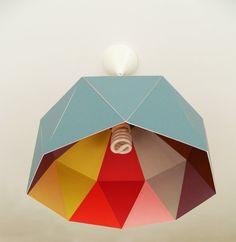Hoy tenía que compartir esto, es una lámpara de cartón que cualquiera puede…