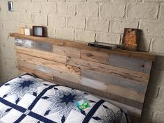 Cabeceros con repisa hechos con palets – I Love Palets Rustic Wooden Headboard, Wood Headboard, Bedroom Reading Nooks, Bed Nook, Diy King Size Headboard, Diy Pallet Bed, Painted Cottage, Farmhouse Bedroom Decor, Diy Furniture