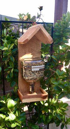 Best Bird Feeders, Diy Bird Feeder, Pet Feeder, Wine Jug Crafts, Recycled Yard Art, Empty Wine Bottles, Bird House Plans, Small Wood Projects, Gardens