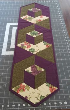 Welcome to Hexagon - Easy Y Seams Table Runner Project Part 2 of 3 By . - Welcome to Hexagon – Easy Y Seams Table Runner Project Part 2 of 3 By Paco Rich It is important that you read through ever… Patchwork Table Runner, Table Runner And Placemats, Table Runner Pattern, Quilted Table Runners, Modern Table Runners, Plus Forte Table Matelassés, Cottage Crafts, Block Table, Quilted Table Toppers