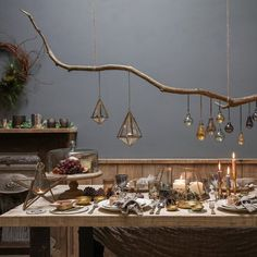 Suspendre des lanternes au dessus de la table de fête