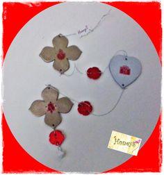Ghirlanda cu forme si culori dif. din piele naturala + stampile de sezon + clopotel ; dimensiune: 52 cm.