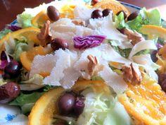 insalata invernale :scarola ,cavolo rosso,noci ,olive di gaeta ,mele,fettine di arancio,scaglie di parmigiano,olio evo ,sale e aceto